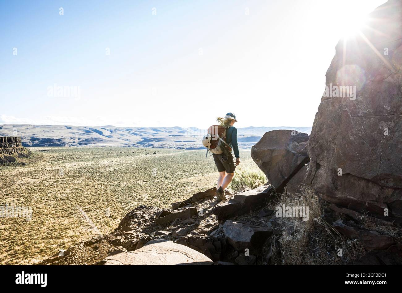 Une femme randonnée pédestre le sentier des grimpeurs autour de Sunshine Wall dans Echo Basin / Frenchmans Coulee, est de Washington, Etats-Unis. Banque D'Images