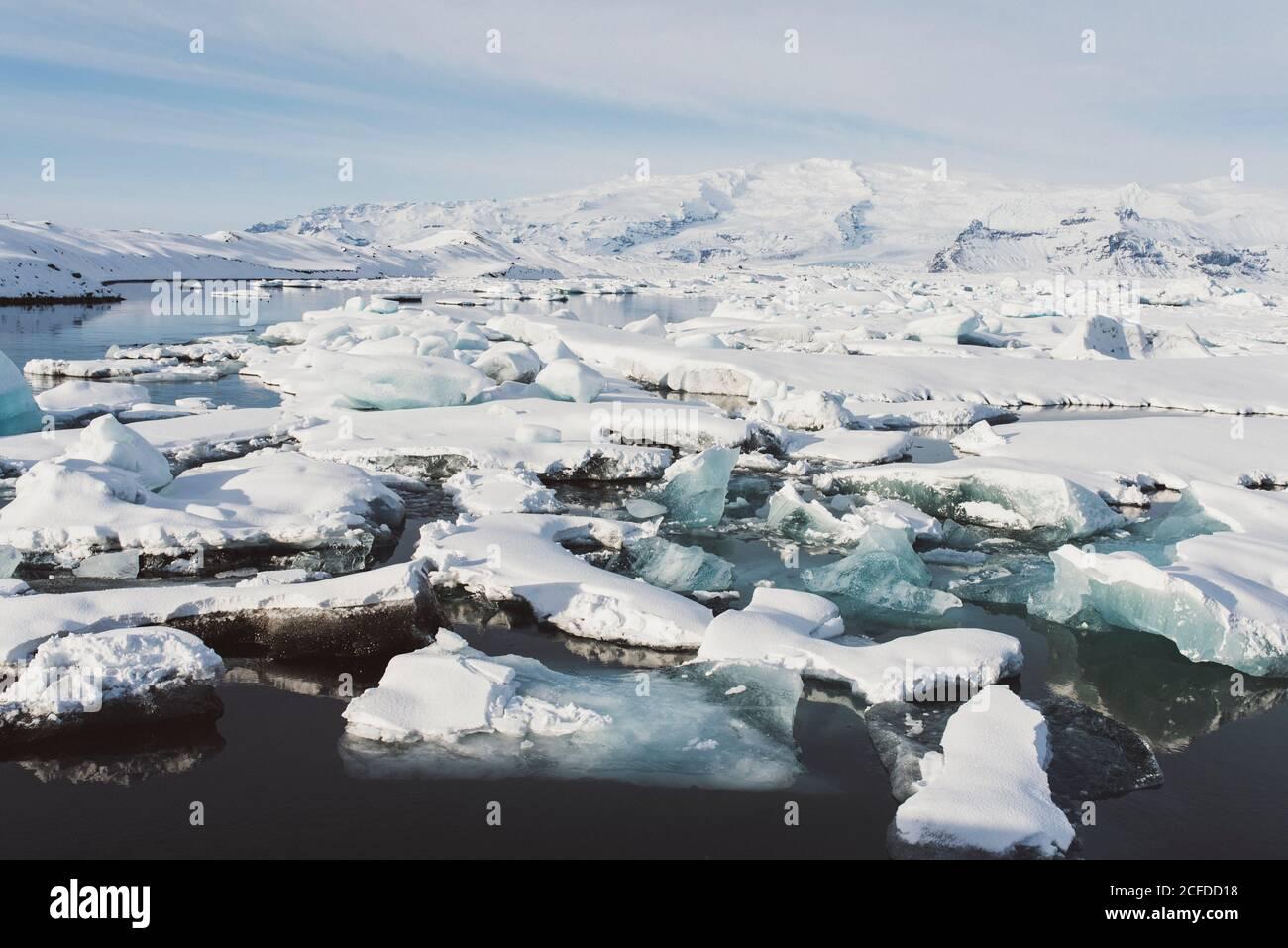 Des flotteurs de glace flottent sur Jokulsarlon, en Islande, en hiver Banque D'Images