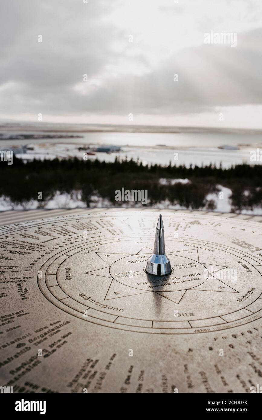 Boussole au soleil, vue sur Reykjavik sur le toit de Perlan, en Islande, en hiver Banque D'Images