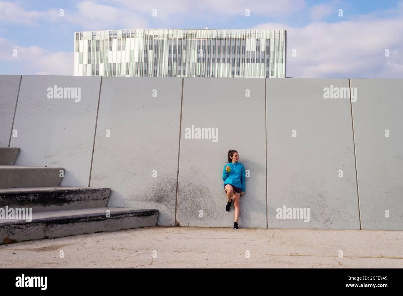 Jeune femme sportive boire de l'eau après l'exercice Banque D'Images