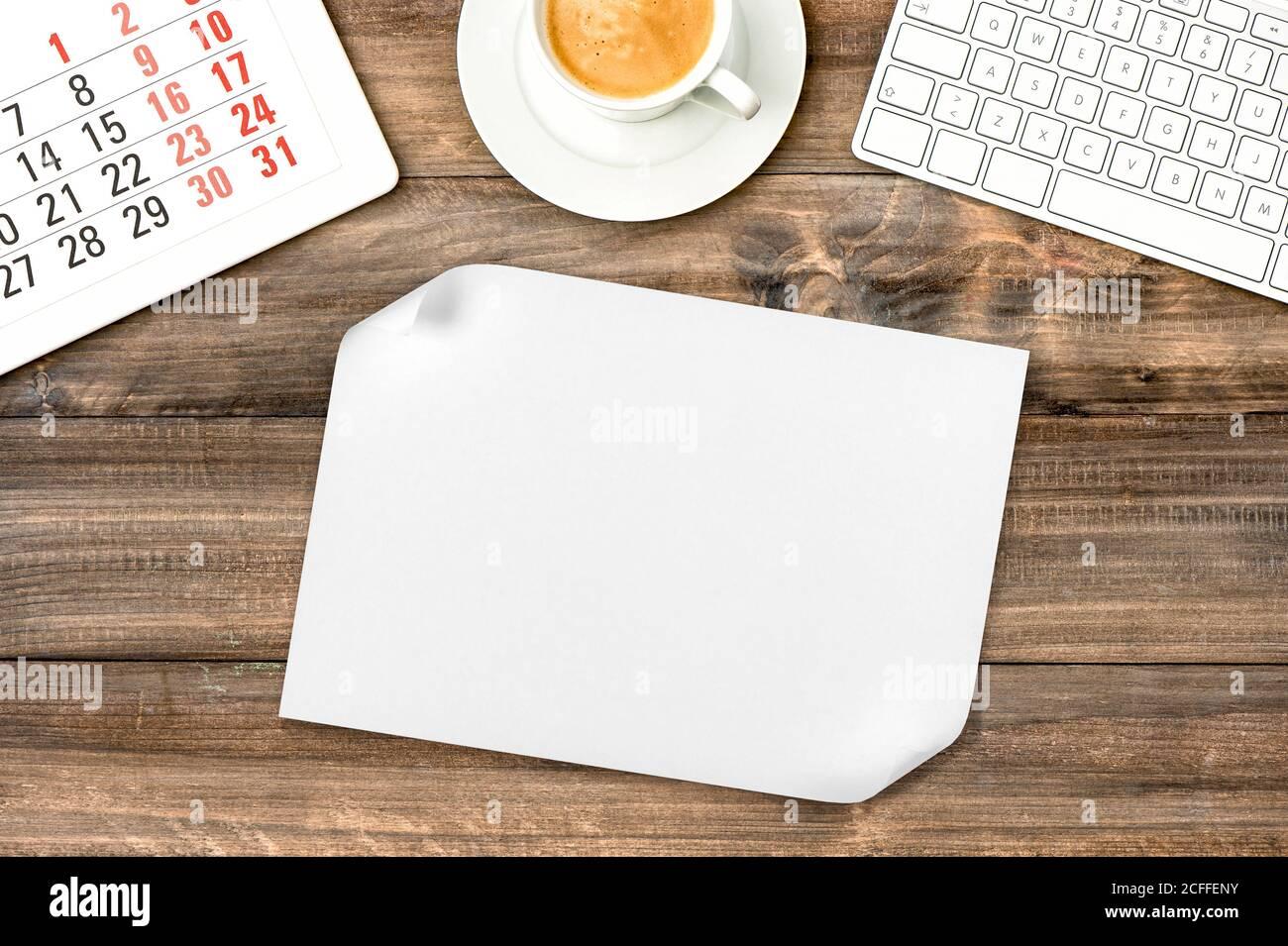 Feuille de papier blanc sur fond en bois. Bureau avec café Banque D'Images