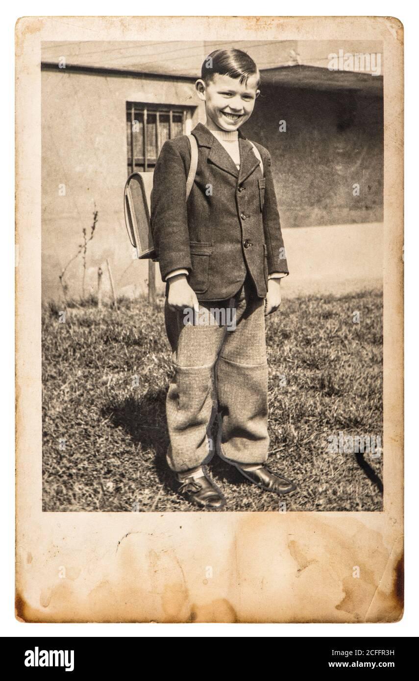 Photo vintage d'un garçon d'école. Image rétro avec grain, flou et rayures du film original Banque D'Images