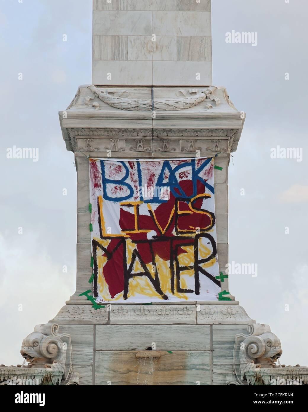 Un panneau est suspendu sur un mur de pierre à l'extérieur qui lit que les vies noires comptent comme un signe de protestation pour le mouvement BLM de 2020 à New York. Banque D'Images