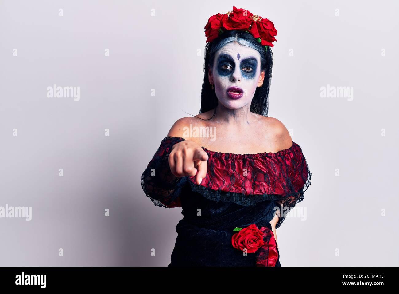 Jeune femme portant le maquillage mexicain jour de la mort pointant mécontente et frustrée à la caméra, en colère et furieux avec vous Banque D'Images