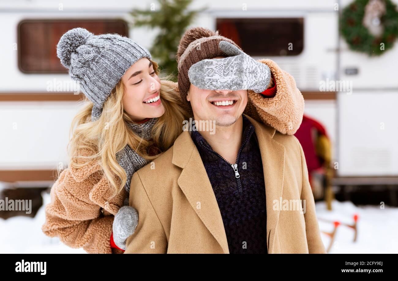 Couple romantique ayant l'amusement le jour d'hiver, femme couvrant les yeux à Boyfriend Banque D'Images