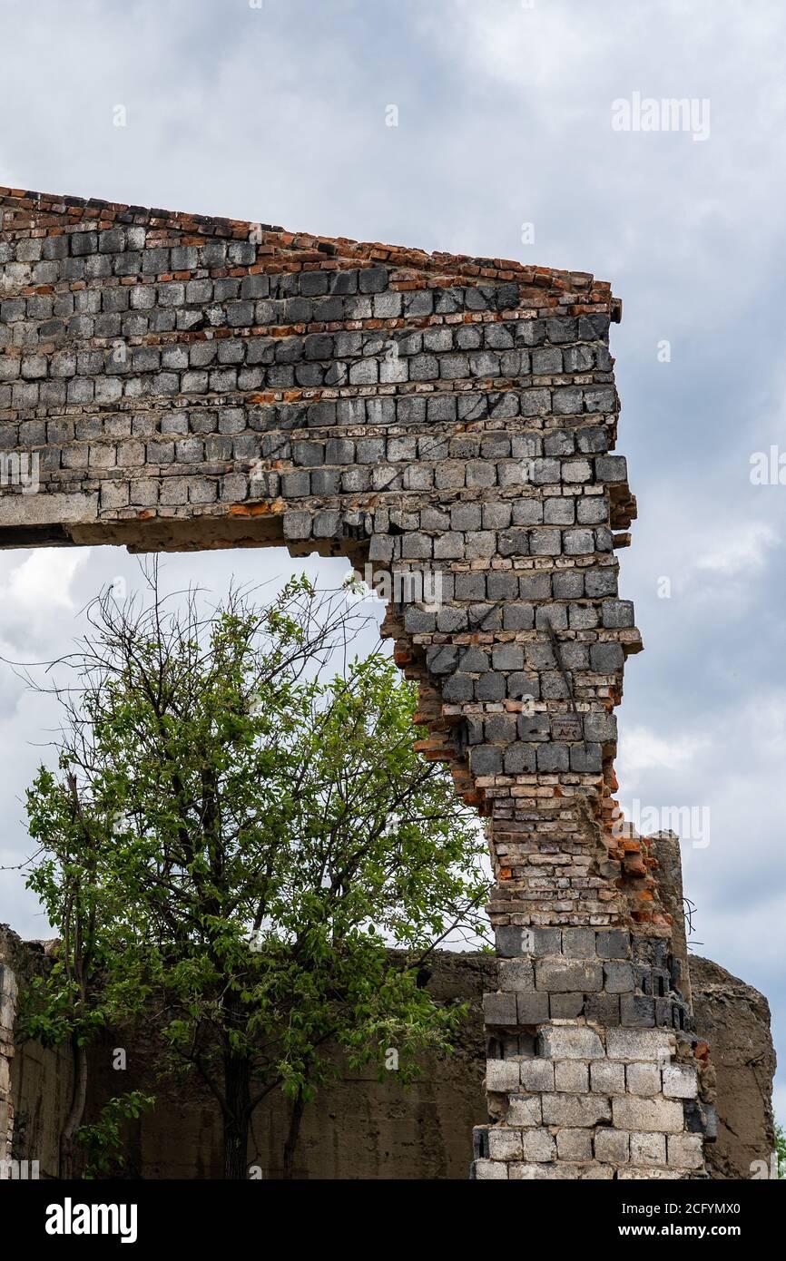Mur détruit. Fragments de la paroi contre le ciel. Ruines de maisons. Jour d'été Banque D'Images