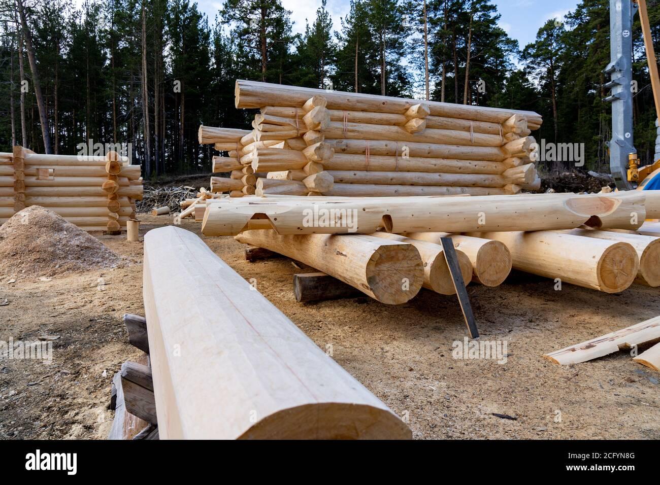Construire une maison à partir de journaux. Préparation des journaux pour l'assemblage de la structure. Assemblage d'une maison en bois à une base de construction Banque D'Images