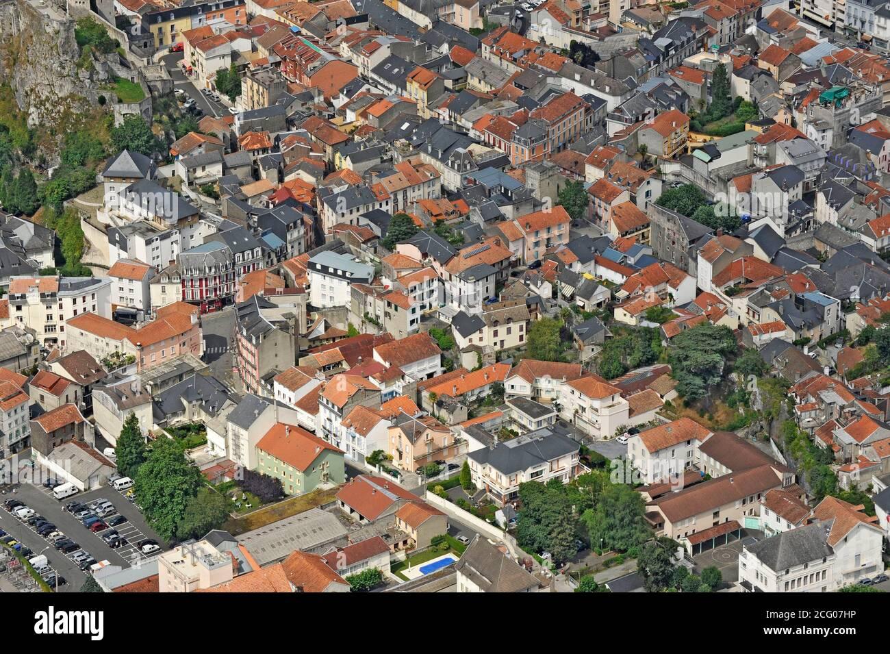 France, Hautes Pyrénées, Lourdes, haut lieu de pèlerinage pour les catholiques (vue aérienne) Banque D'Images