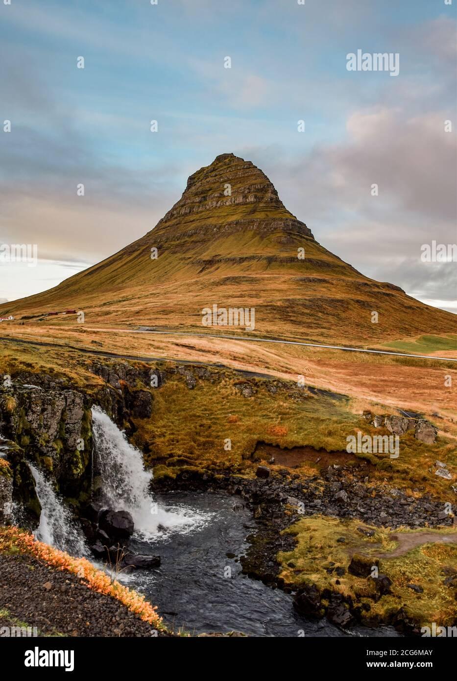 Montagne et cascade de Kirkjufell, au nord de la péninsule de Snaefellsness, en Islande Banque D'Images
