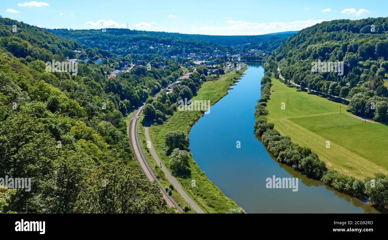 Vue aérienne de la Weser près de Beverungen, Allemagne, avec une piste cyclable et des voies ferrées sur la banque Banque D'Images