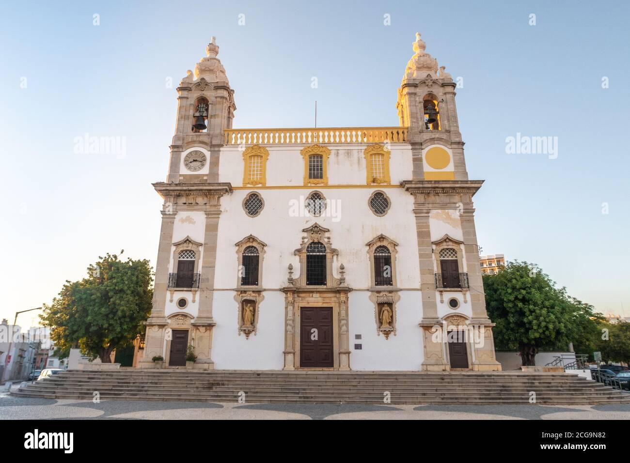 L'église Carmo, la chapelle des os à Faro, au sud du Portugal, pendant l'heure d'or Banque D'Images