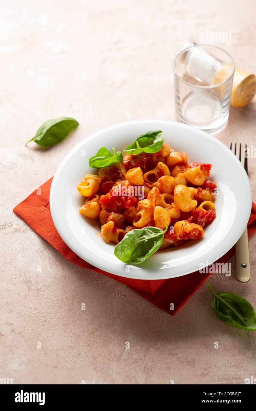 Gros plan de pâtes végétaliennes à la sauce tomate, concept alimentaire sain Banque D'Images