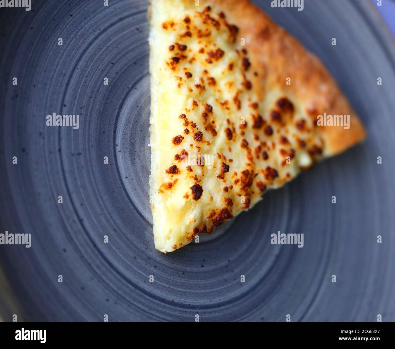 Texture photo d'une tranche de pizza avec du fromage une assiette dans un café Banque D'Images