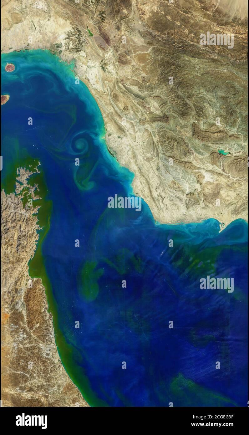 Détroit d'Ormuz, Moyen-Orient. Dans l'image on peut voir des tourbillons de phytoplancton avec l'Iran, Oman et Dubaï Banque D'Images