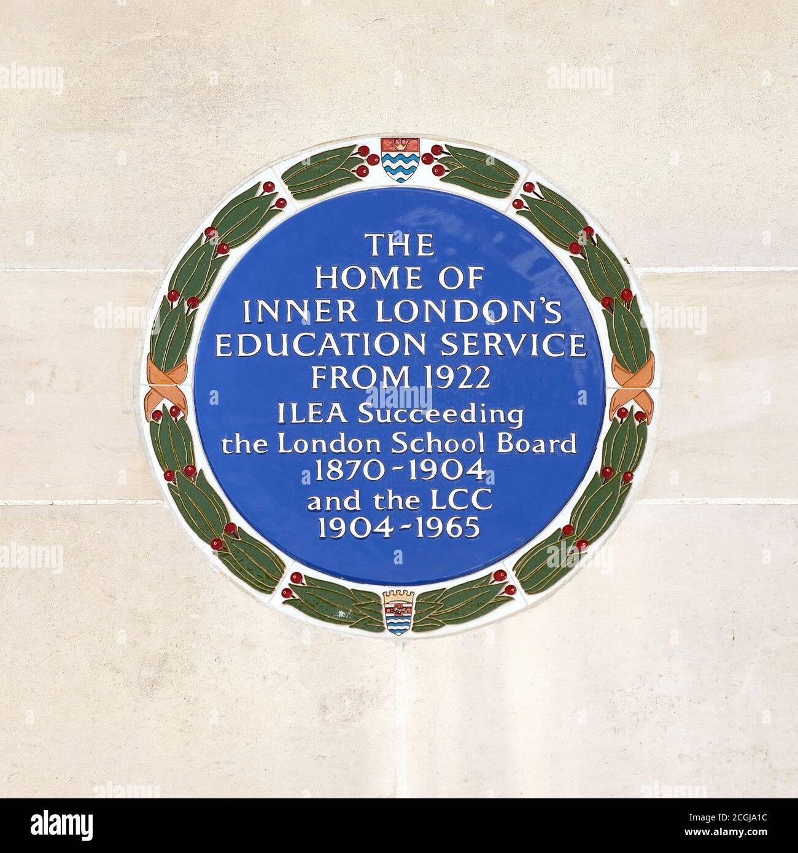 Londres, Angleterre, Royaume-Uni. Plaque bleue sur le mur du County Hall, siège du gouvernement local de Londres jusqu'en 1986 Banque D'Images