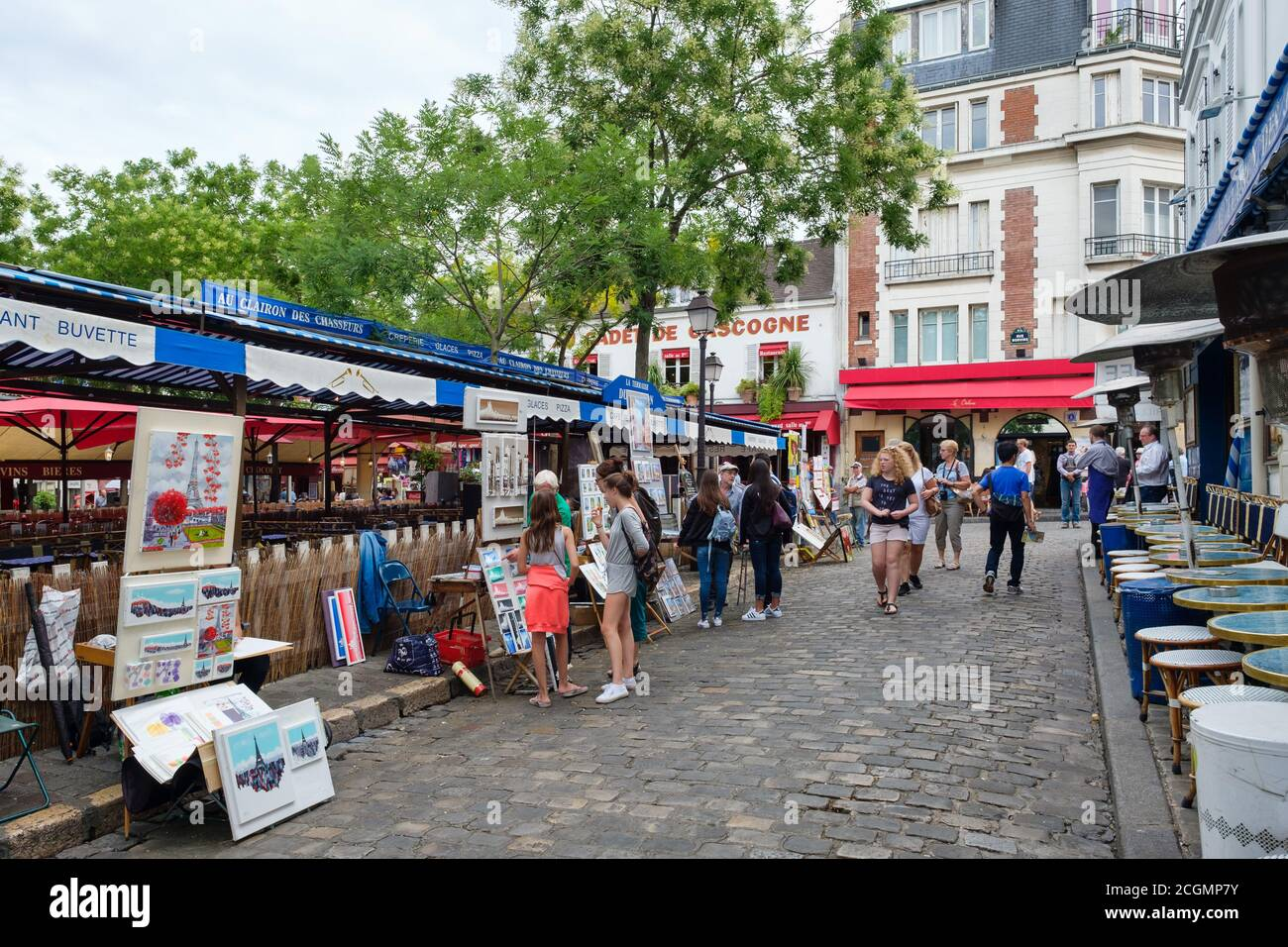 Touristes et artistes vendant leurs peintures à la place du Tertre à Montmartre Banque D'Images