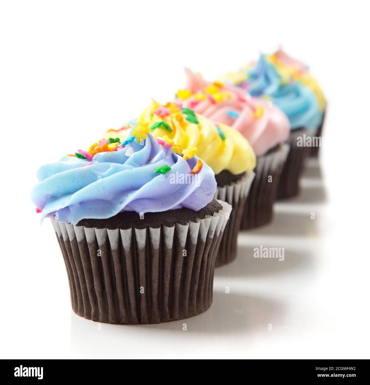 Petits gâteaux pastel sur fond blanc. Pâtisserie, décoration Banque D'Images