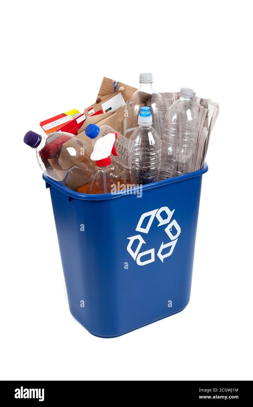 Recyclage bleu sur fond blanc avec bouteilles en plastique et carton Banque D'Images
