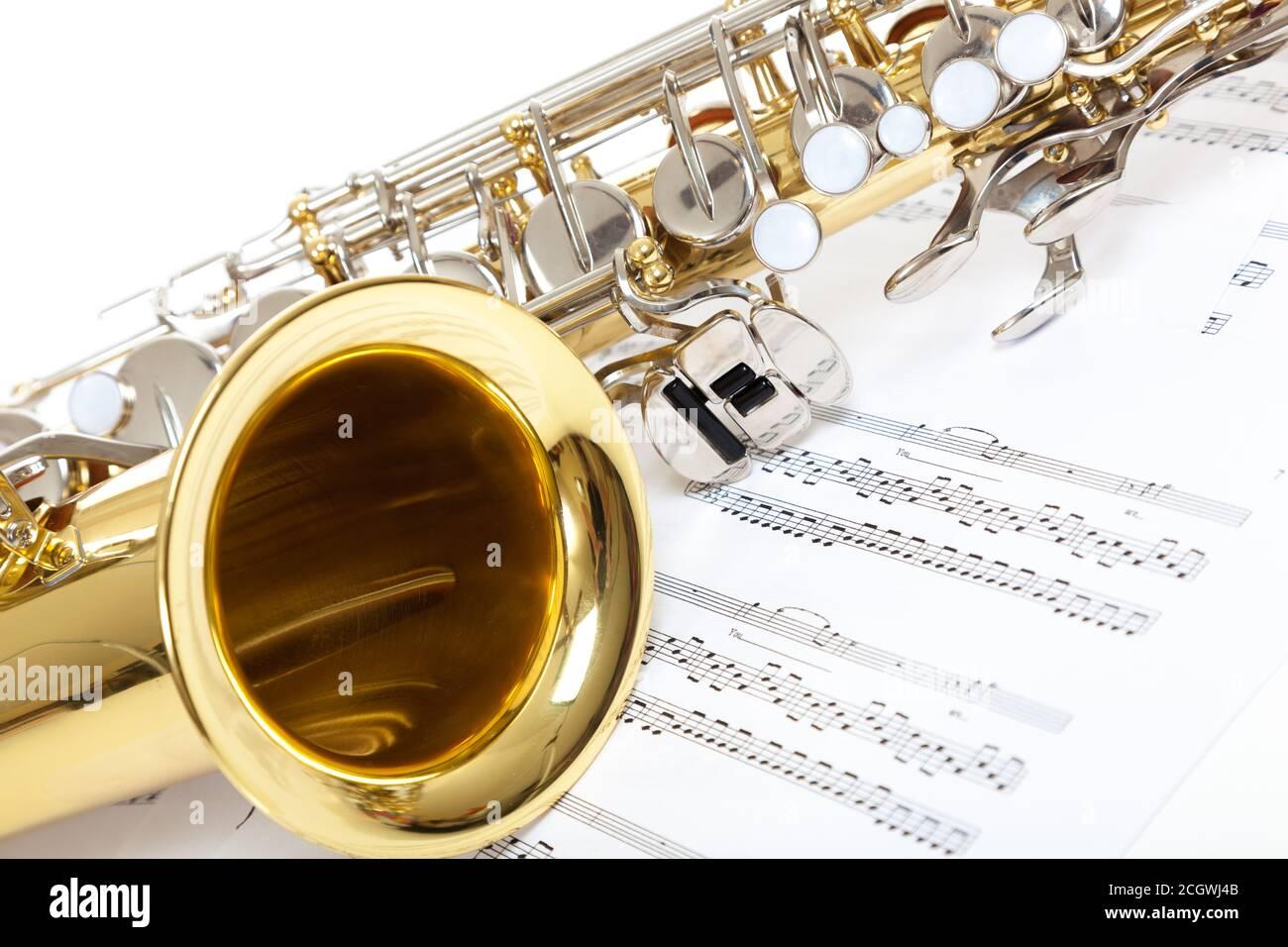 Un gros plan de saxophone avec de la musique de feuille Banque D'Images