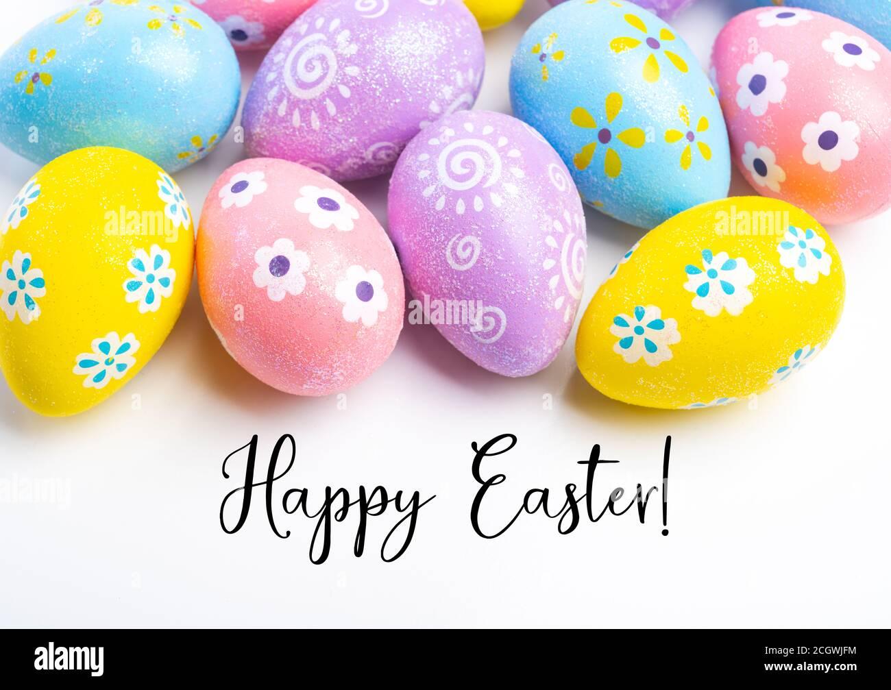 Œufs de Pâques colorés sur fond blanc avec accueil Banque D'Images
