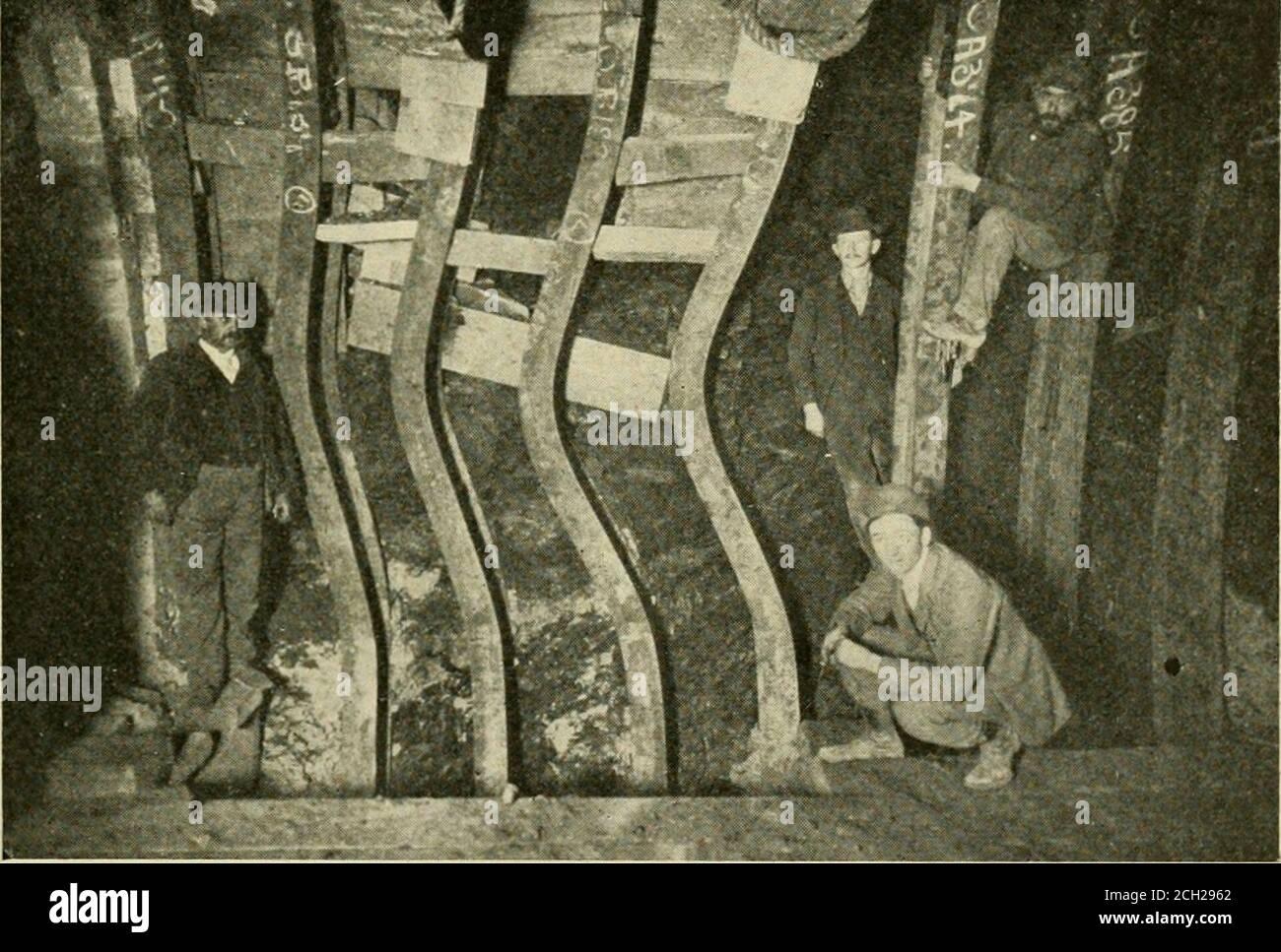 . Procédure officielle . Southwest Water tunnel à Chi-cago, construit de la même manière par George W. Jackson Conpany, Inc. Alors que le Blue Island tunnel avait un diamètre intérieur de 8 pieds, le SQithwdstWater tunnel est en forme de fer à cheval en coupe transversale de dimensions variables équivalent à différents points de 12, 14 et 16 pieds cir-cles. Dans ce cas, les nervures de décalage étaient de 6 canaux. Thisforme de nervures d'acier emboîtées, ou une méthode similaire de con- tunnels, particulièrement subaquatique. /I la construction, va sans doute réduire très matériellement le coût de la doublure de con-crète; ainsi aussi sans doute l'utilisation du télescope Banque D'Images
