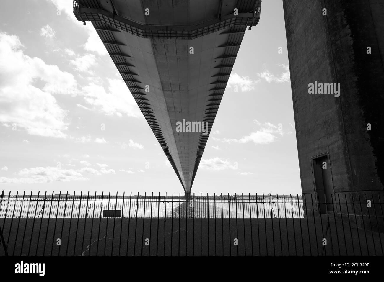 Vue depuis le dessous d'un long pont suspendu Banque D'Images