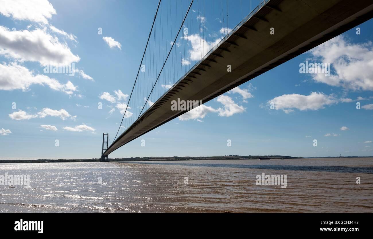 Pont de suspension long et étroit Banque D'Images
