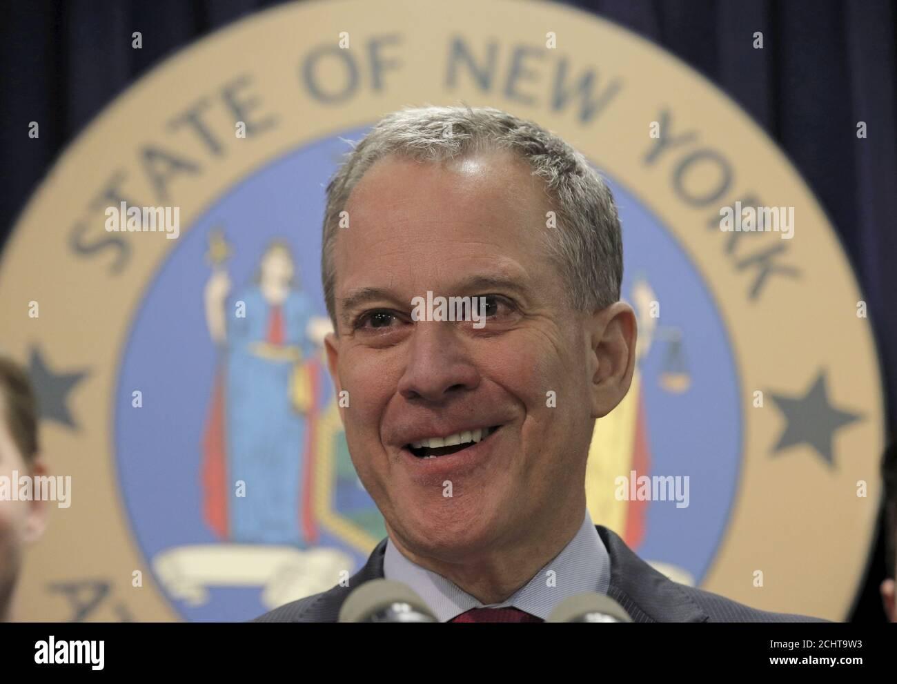 Le procureur général de New York, Eric Schneiderman, parle lors d'une conférence de presse sur les sociétés de sports de fantaisie FanDuel et rapporteur pour avis Kings à New York le 21 mars 2016. REUTERS/Brendan McDermid Banque D'Images