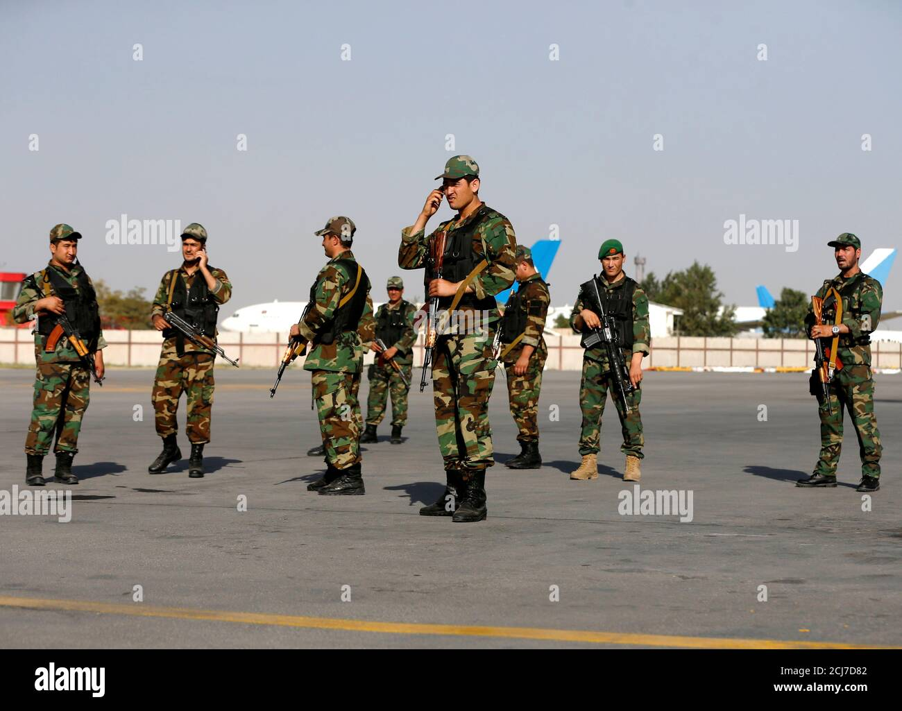 Les gardes de sécurité du vice-président afghan Abdul Rashid Dostum attendent son arrivée à l'aéroport international Hamid Karzaï de Kaboul, Afghanistan, le 22 juillet 2018.REUTERS/Omar Sobhani Banque D'Images