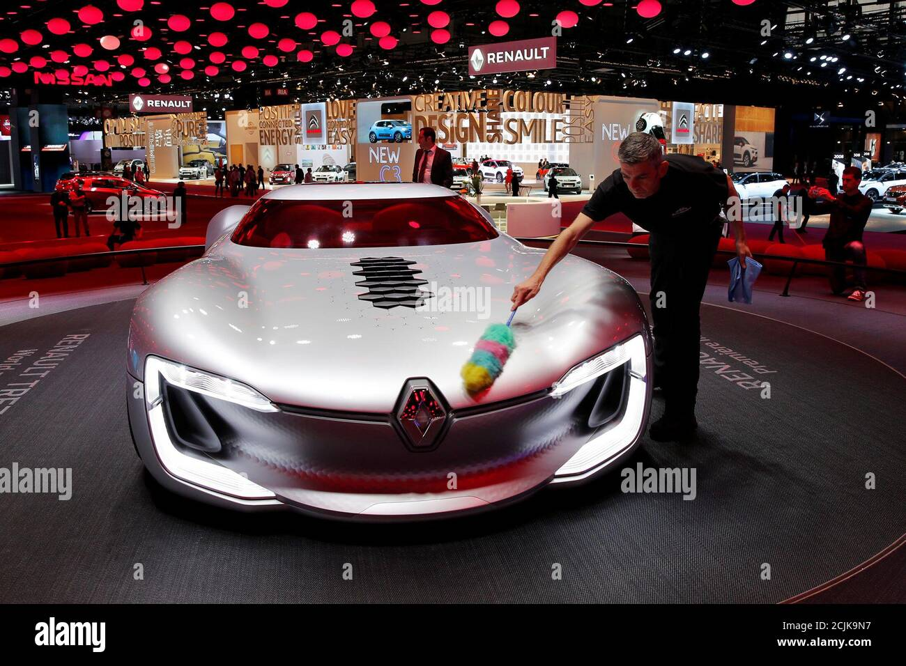 A man cleans the concept car Renault Trezor displayed on media day at the Paris auto show, in Paris, France, September 30, 2016. REUTERS/Benoit Tessier Banque D'Images