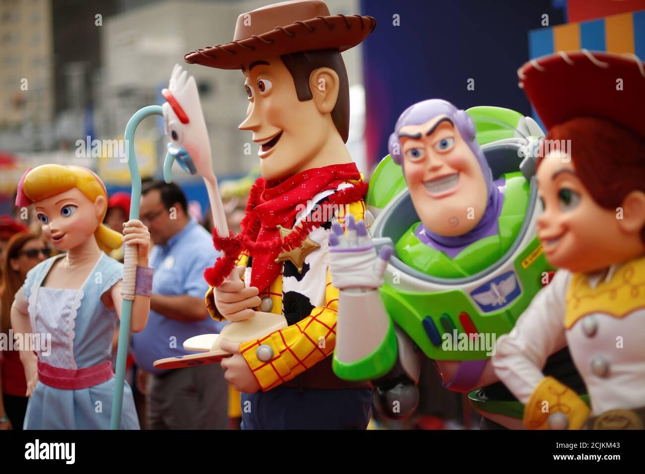 Des personnes en costume comme Bo peep, Woody, Forky, Buzz Lightyear, et Jessie sont vues à la première pour 'Toy Story 4' à Los Angeles, Californie, États-Unis, le 11 juin 2019. REUTERS/Mario Anzuoni Banque D'Images