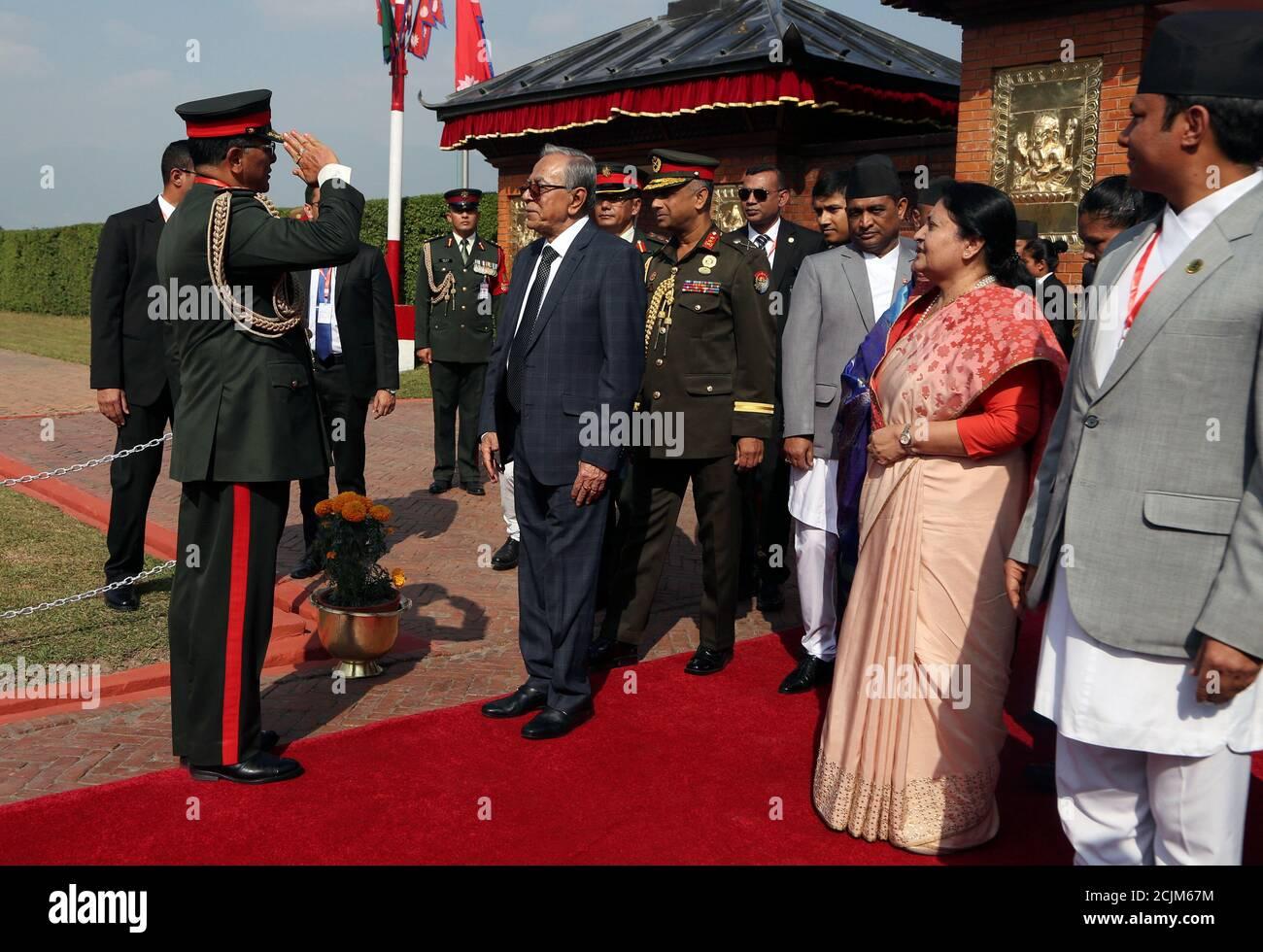 Le chef de l'armée népalaise accueille le président du Bangladesh Abdul Hamid à son arrivée à l'aéroport international de Tribhuwan à Katmandou, au Népal, le 12 novembre 2019. Niranjan Shrestha/Pool via REUTERS Banque D'Images
