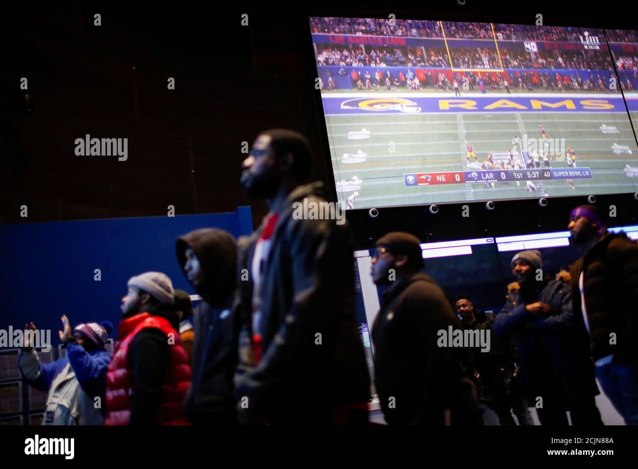 Les gens regardent le jeu après avoir fait leurs Paris au sportsbook FANDUEL pendant le Super Bowl LIII à East Rutherford, New Jersey, États-Unis, le 3 février 2019. REUTERS/Eduardo Munoz Banque D'Images