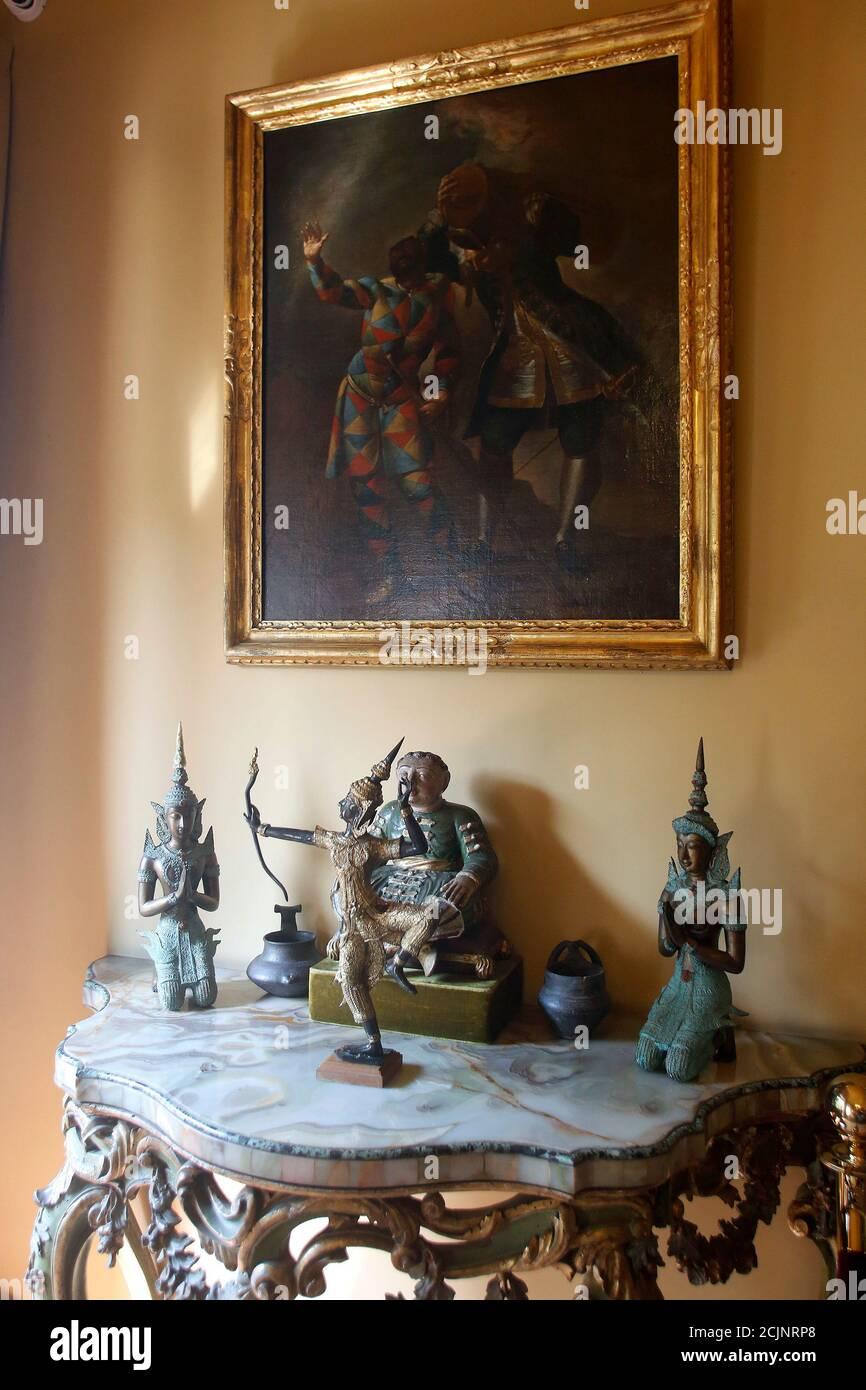 Rome, Italie. 15 septembre 2020. Objets orientaux lors de l'ouverture du musée de la maison de l'acteur Alberto Sordi à Rome. A l'occasion du centenaire de sa naissance, la villa au coeur de Rome, où il a vécu de 1959 à la mort, est ouverte au public, devenant ainsi une maison-musée. La maison contient encore des milliers d'objets appartenant à l'acteur. Dans le jardin, deux structures de traction supplémentaires ont été ajoutées, contenant des vêtements de scène, des affiches de ses films, des photos et bien plus encore. Rome (Italie), 15 septembre 2020 photo Samantha Zucchi Insidefoto crédit: Insidefoto srl/Alay Live News Banque D'Images