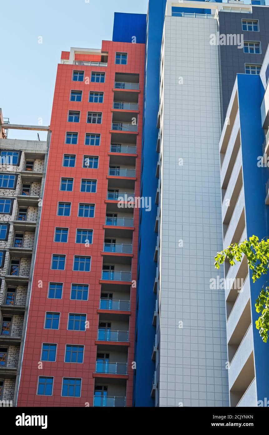 Bâtiment moderne en construction. Concept de nouvel appartement en plusieurs étages revêtus de métal, plastique et verre Banque D'Images