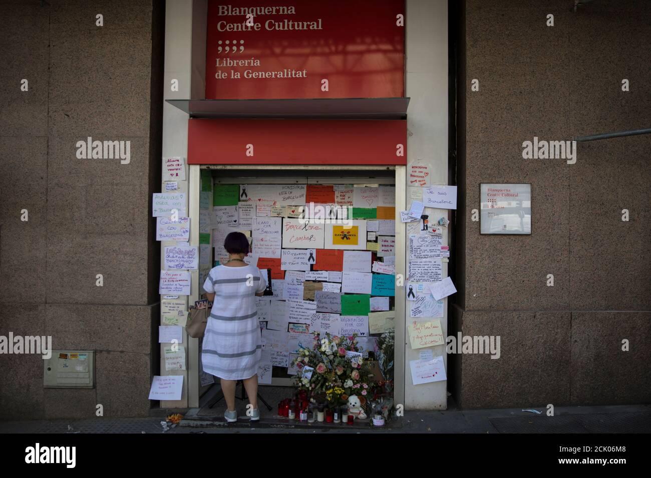 Une femme écrit un message à un mémorial impromptu pour les victimes de l'attaque de Barcelone au Centre culturel Blanquerna à Madrid, Espagne le 21 août 2017. REUTERS/Juan Medina Banque D'Images