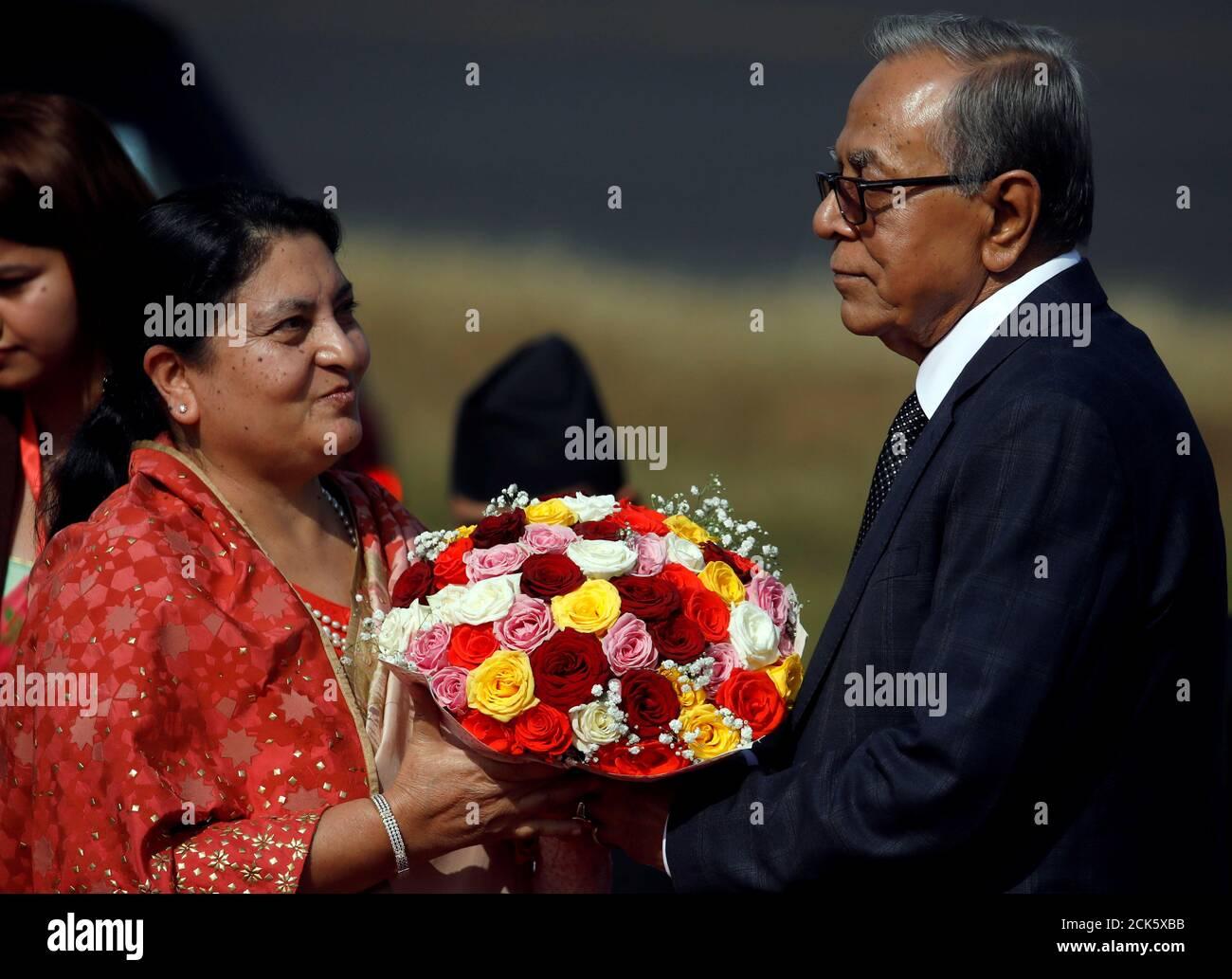 Le président du Bangladesh, Abdul Hamid, reçoit un bouquet du président népalais, Bidhya Devi Bhandari, à son arrivée à l'aéroport international de Tribhuvan à Katmandou, au Népal, le 12 novembre 2019. REUTERS/Navesh Chitrakar Banque D'Images