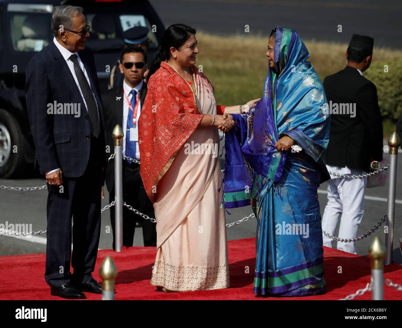 Bidhya Devi Bhandari, président du Népal, se met en présence de la première dame du Bangladesh, Rashida Hamid, près du président du Bangladesh, Abdul Hamid, à leur arrivée à l'aéroport international de Tribhuvan à Katmandou, au Népal, le 12 novembre 2019. REUTERS/Navesh Chitrakar/Pool Banque D'Images