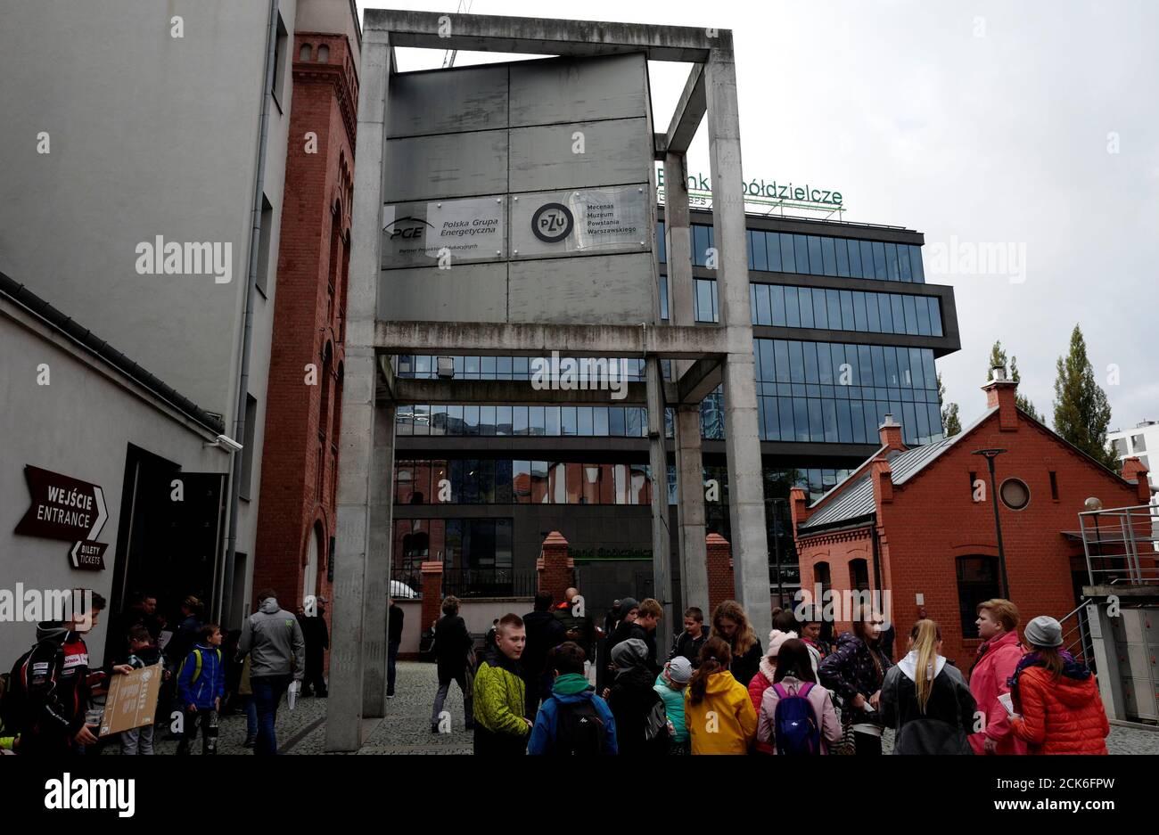 Les logos des sociétés contrôlées par l'État PGE et PZU sont visibles sur le Waring Museum de Varsovie, Pologne le 7 octobre 2017. Photo prise le 7 octobre 2017. REUTERS/Kacper Pempel Banque D'Images