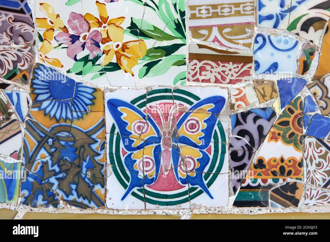 Le travail de mosaïque de Trencadís sur la terrasse du Parc Güell conçu par l'architecte moderniste catalan Antoni Gaudí et construit entre 1900 et 1914 à Barcelone, Catalogne, Espagne. Banque D'Images