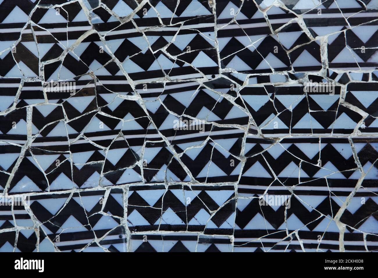 Mur en mosaïque de Trencadís sur l'escalier principal du parc Güell conçu par l'architecte moderniste catalan Antoni Gaudí et construit entre 1900 et 1914 à Barcelone, Catalogne, Espagne. Banque D'Images