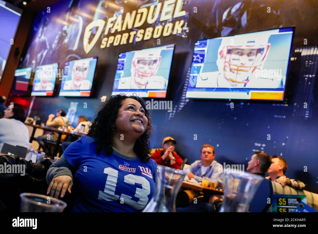 Silquia Patel, (R), 29 ans, regarde le jeu après avoir fait ses Paris à la FANDUEL sportsbook pendant le Super Bowl LIII à East Rutherford, New Jersey, États-Unis, le 3 février 2019. REUTERS/Eduardo Munoz Banque D'Images