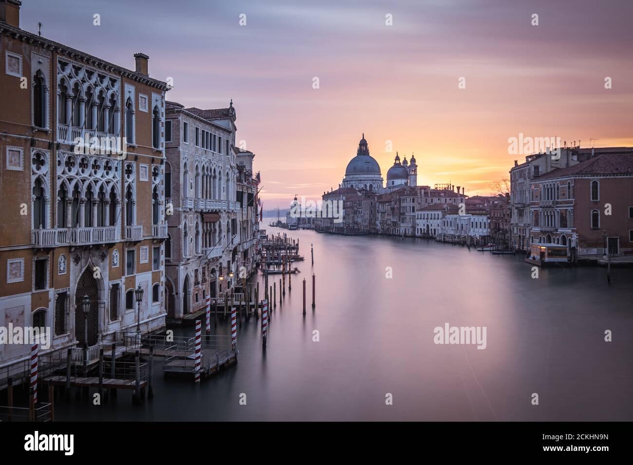 Basilique Santa Maria della Salute vue depuis le pont Ponte dell'Accademia au lever du soleil à Venise, Italie Banque D'Images