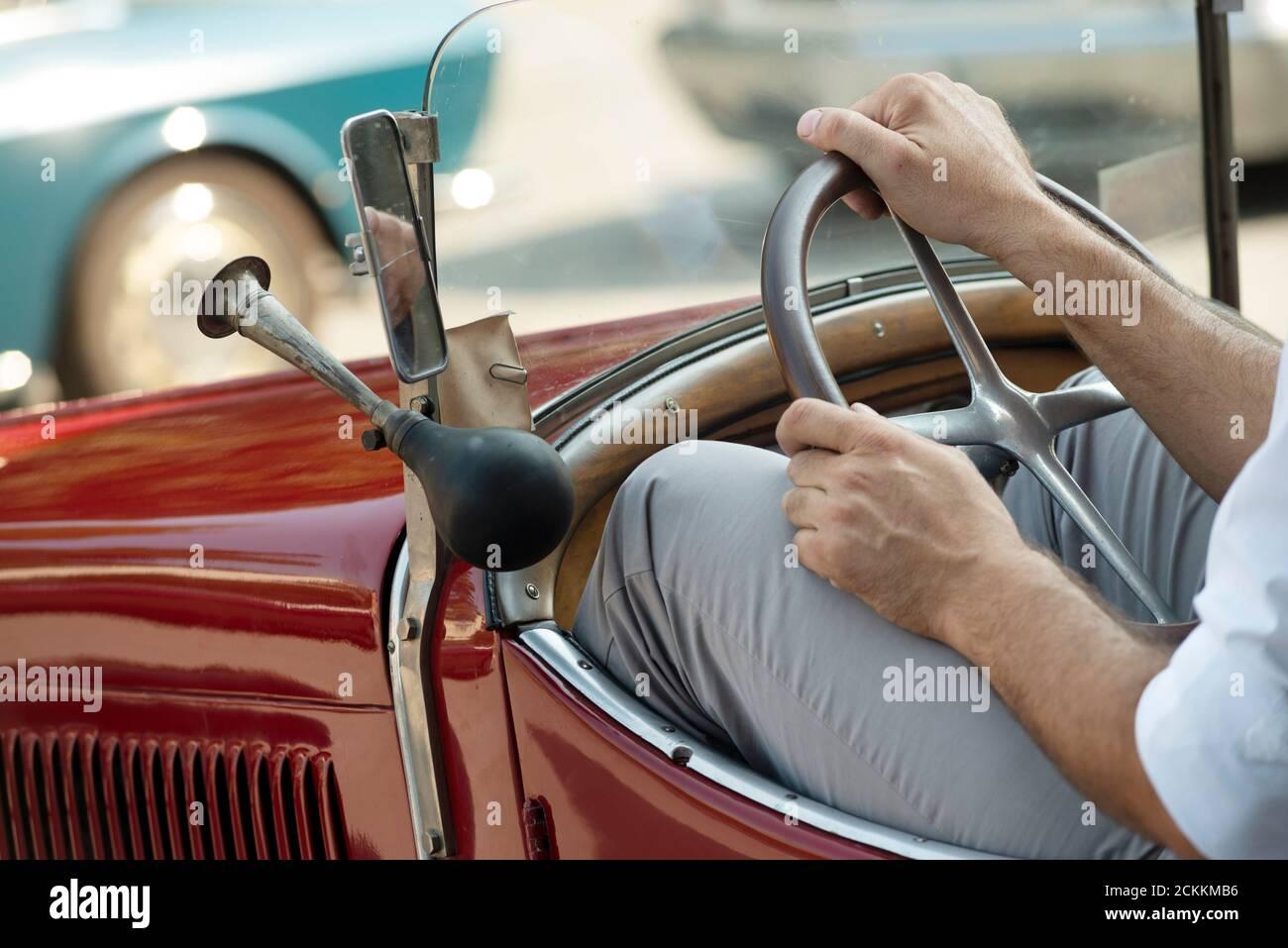 Italie, Lombardie, rencontre de voiture d'époque, homme conduisant une voiture d'époque Banque D'Images