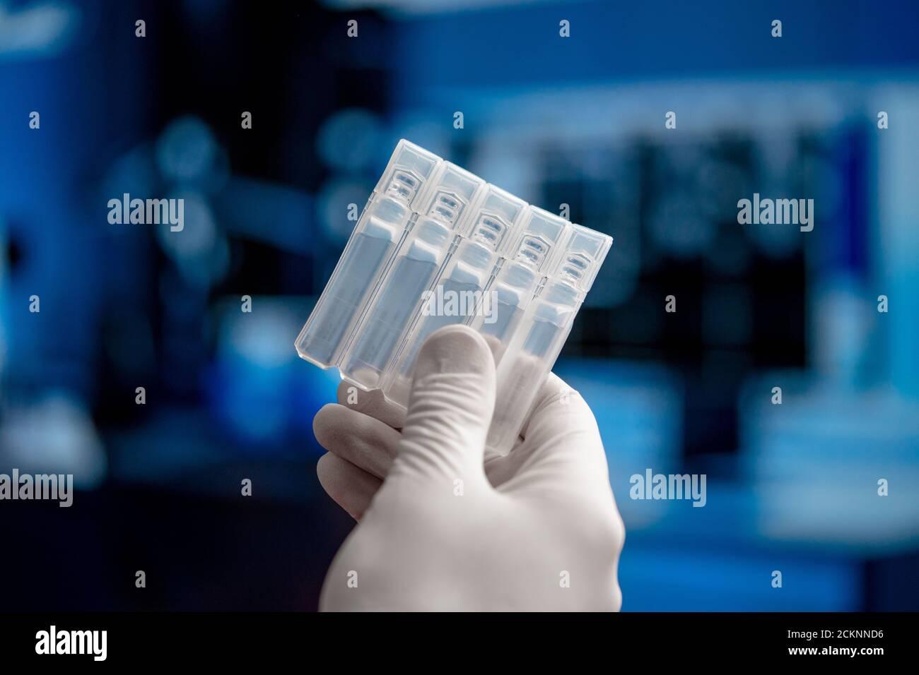 Médecin ou scientifique qui a un vaccin contre le coronavirus du SRAS, 2019-nCoV. Recherche sur les vaccins et médecine essai clinique en laboratoire moderne. Prévention, I Banque D'Images