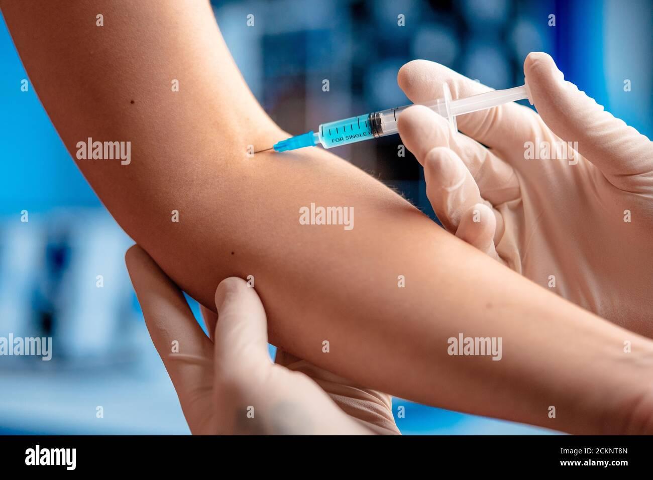 Médecin vaccins patient du SRAS Coronavirus, 2019-nCoV dans l'hôpital moderne. Essais de vaccins. Vaccination. Banque D'Images
