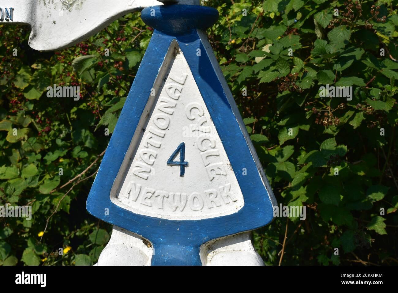NCN 4 panneau sur le canal Kennet & Avon près de Rose Kiln Lane Reading Banque D'Images