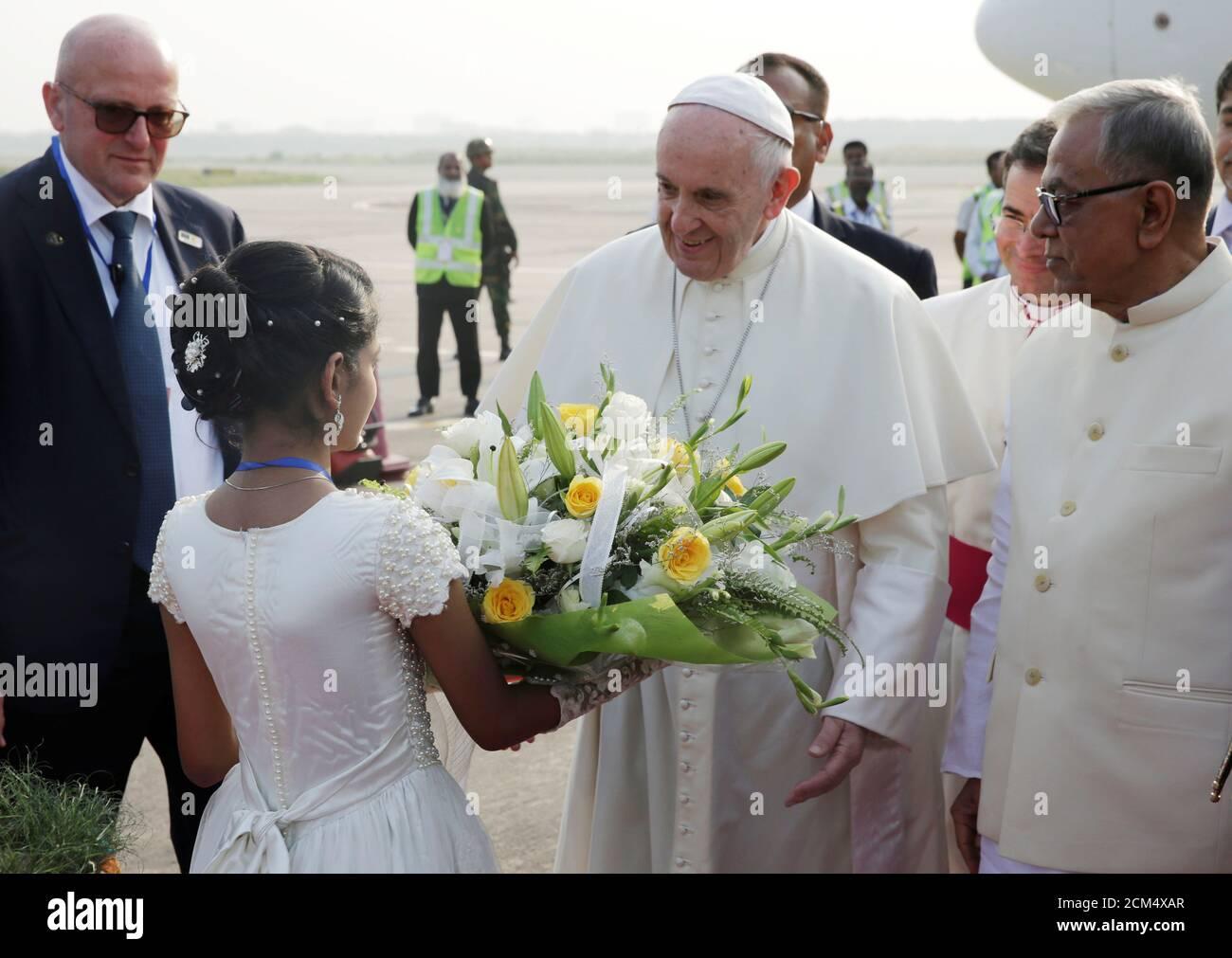 Le pape François est accueilli après son arrivée à l'aéroport de Dhaka, au Bangladesh, le 30 novembre 2017. À droite se trouve le président du Bangladesh, Abdul Hamid. REUTERS/Max Rossi Banque D'Images