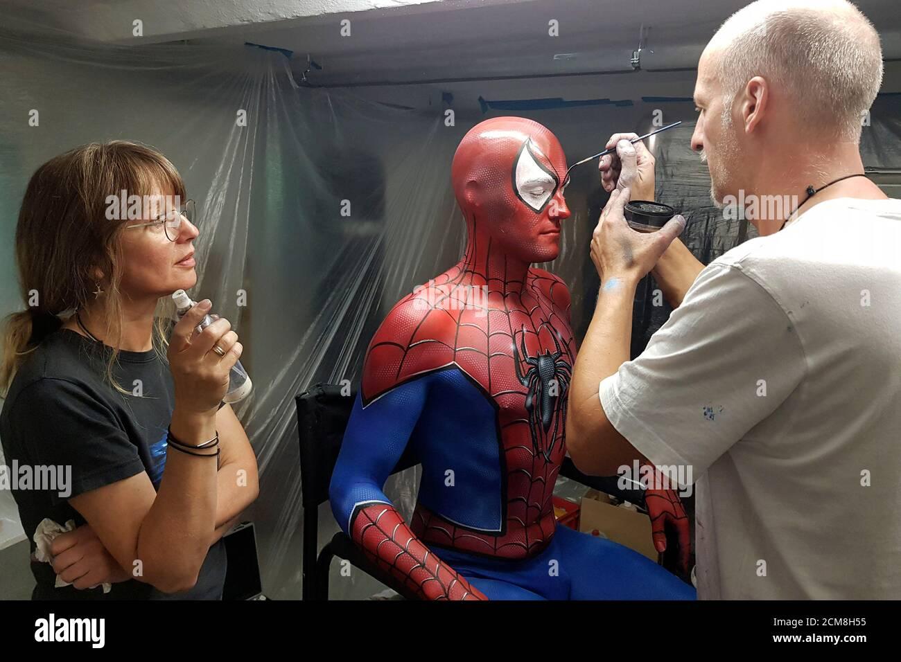 GEEK ART - Bodypainting et Transformaking: Enrico Lein avec l'assistante Maria Skupin et Patrick Kiel se préparant au tournage de Spider-Man et Spider-Gwen à Hamelin le 15 septembre 2020 - UN projet du photographe Tschiponnique Skupin et du peintre du corps Enrico Lein Banque D'Images