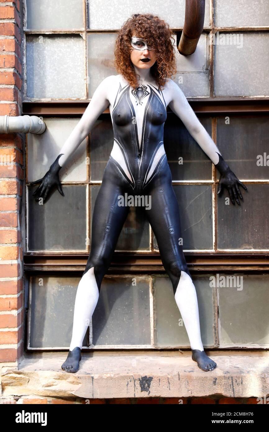 GEEK ART - Bodypainting et Transformaking: Spider-Gwen phototournage avec Lena Kiel au Hefehof à Hamelin le 15 septembre 2020 - UN projet du photographe Tschiponnique Skupin et du peintre du corps Enrico Lein Banque D'Images